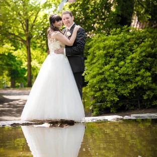 Hochzeitspaar spiegelt sich im Wasser