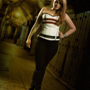 Brünette junge Frau in Korsage im Fotostudio Hamburg