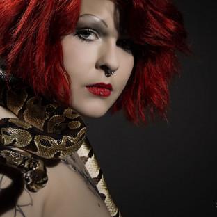 Frau mit Schlange - Fotoshooting
