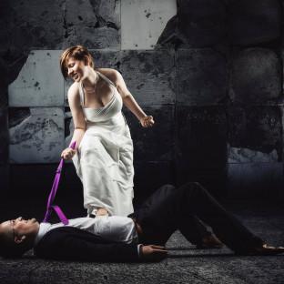 Hochzeitfoto - Frau zieht an Krawatte