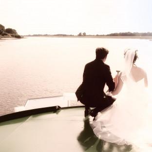 Hochzeitsfoto auf der Elbe auf dem Weg zum Zollenspieker Fährhaus