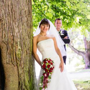 Romantisches Hochzeitsfoto im Wald