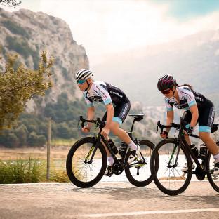 Fotoshooting mit Radsportlerpärchen und Rennrädern auf Mallorca