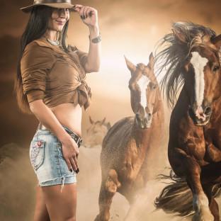 Frau mit Pferden beim Fotoshooting