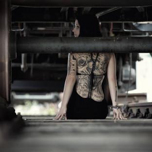 Tätowierte Frau unter Bahn