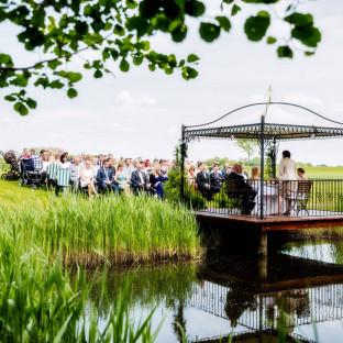 Hochzeitsfoto Pavillon am See, gleichgeschlechtliche Hochzeit