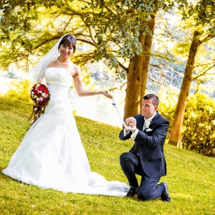 Braut fesselt Bräutigam mit Krawatte