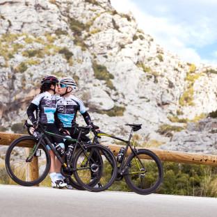 Fotoshooting mit Radsportlerpaar und Rennrädern auf Mallorca