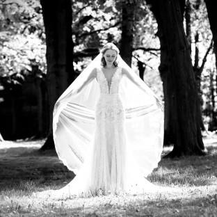 Mystisches Hochzeitsfoto im Wald