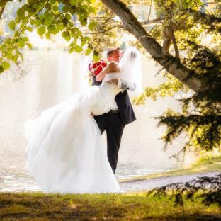 Brautpaar am See mit Hochzeitsfotograf