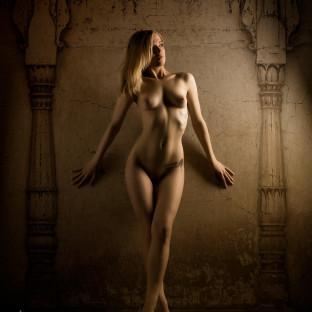 Aktfoto mit blonder junger Frau im Fotostudio