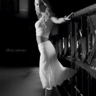 Frau im Kleid auf Hamburger Brücke