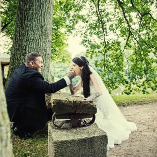 Hochzeitsfoto mit tätowiertem Paar