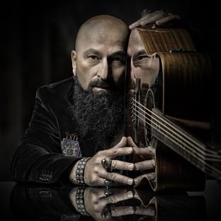 Mann mit Gitarre im Fotostudio