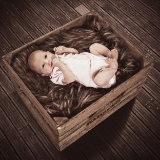 Baby in Holzkiste