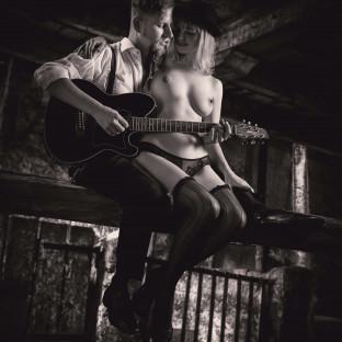 Paar-Aktfoto in Scheune von Chris Reiner