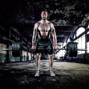 Mann am Trainieren in Fabrikhalle