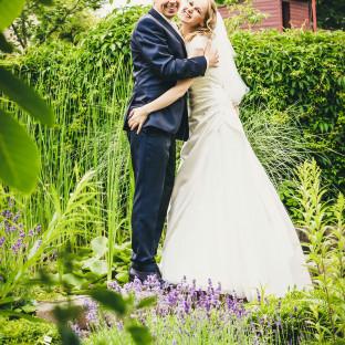 Hochzeitsfoto im Grünen. Brautpaar umarmt sich