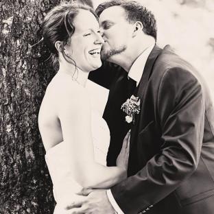 Ehepaar am Küssen im Wald