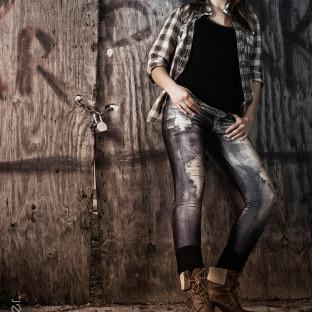 Rockiges Portraitfoto in Pinneberg von junger, hübscher Frau