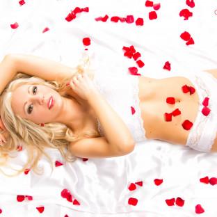 Portraitfoto mit Rosenblättern High-Key