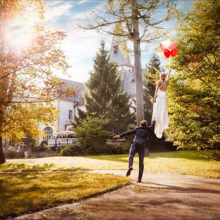 Hochzeitsfoto Levitationshooting von Profi-Hochzeitsfotograf Chris Reiner