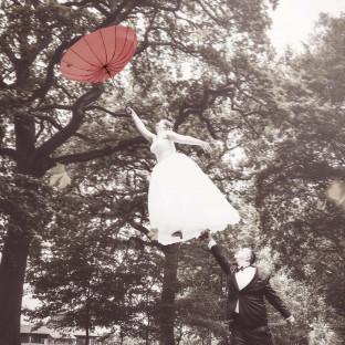 Braut fliegt mit Schirm, Levitationshooting, Hochzeitsfoto Wulfsmühle Tangstedt