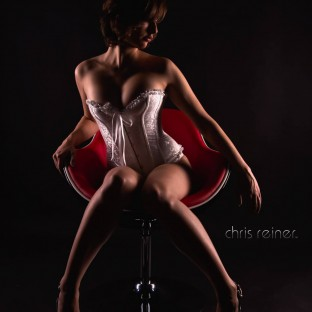 Erotisches Studiofoto auf Sessel